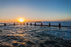 Ozean-Gezeiten- Pool bewegt Sonnenaufgang wellenartig Lizenzfreie Stockbilder