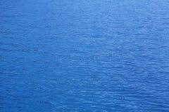 Ozean: Hintergrund des blauen Wassers - leere natürliche Oberfläche Lizenzfreies Stockfoto