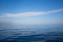 Ozean: Hintergrund des blauen Wassers - leere natürliche Oberfläche Traumbetrug Lizenzfreie Stockbilder