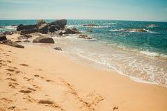 Ozean-Küste mit Steinen und Oberfläche des funkelnden Wassers Tropische Ferien, Feiertagshintergrund Verlassener Abdruckstrand Pa stockbilder