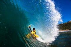Ozean-Karosserie, die hohle Welle einsteigt Lizenzfreie Stockfotos
