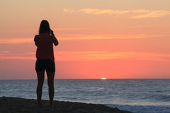 Ozean-Landschaft: SunPeeks über Horizont NC stockbilder