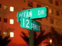 Ozean-Laufwerk-Straßenschild Lizenzfreie Stockbilder
