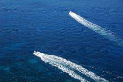 Ozean mit Bootsspuren Stockfotos