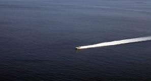 Ozean mit Bootsspur lizenzfreie stockfotografie