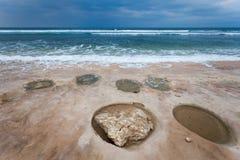 Ozean mit runden Kratern auf dem Ufer Stockfotos