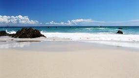 Ozean mit Wellen am Gold- Coaststrand stock video