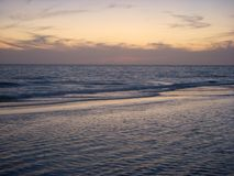 Ozean nach Sonnenuntergang lizenzfreie stockfotos