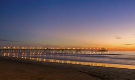 Ozean-Pier am Sonnenuntergang, Kalifornien Stockfotos