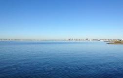 Ozean in San Diego, Kalifornien mit Coronado-Brücke im Hintergrund Stockfotografie