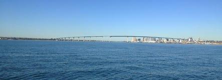 Ozean in San Diego, Kalifornien mit Coronado-Brücke im Hintergrund Stockbilder