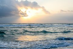 Ozean am Sonnenuntergang Lizenzfreie Stockbilder
