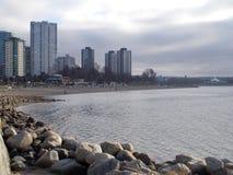 Ozean-Stadt-Ansicht über die Felsen Lizenzfreie Stockfotos