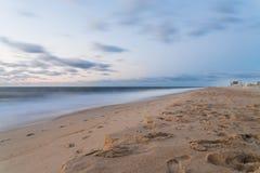 Ozean-Stadt-Sand und Meer mit Wolken-Bewegungsunschärfe Lizenzfreie Stockfotografie