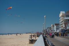 OZEAN-STADT, USA - 24. April 2014 - gehende Leute die Promenade in der berühmten Ozeanstadt Marylands Lizenzfreies Stockfoto