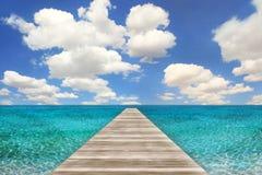 Ozean-Strand-Szene mit hölzernem Pier Lizenzfreie Stockfotografie