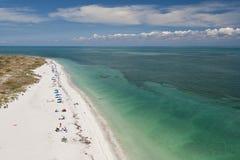 Ozean Strand und Sunbathers Stockbild