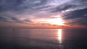 Ozean Sunset Mann auf Surfbrett in Sonnenuntergangozean Sonnenuntergang in Ozean mit ruhigem Wasser stock video