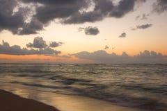 Ozean und Strand auf tropischem Sonnenaufgang Lizenzfreies Stockbild