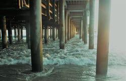 Ozean unter einem Pier Stockfotografie