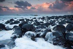 Ozean voll des Schaumgummis an der Dämmerung Stockbilder