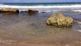 Ozean Wellen, die auf den Felsen schlagen stock footage