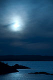 Ozeanansicht in den Mondschein Stockfotografie