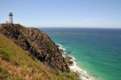 Ozeanansicht mit dem Umhang Byron Leuchtturm lizenzfreie stockbilder
