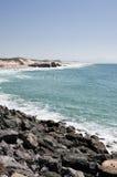 Ozeanansicht mit Felsen und alten Blockhouses Stockfotos