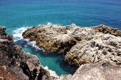Ozeanansicht mit felsiger Küstenlinie lizenzfreies stockfoto