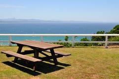 Ozeanansicht mit Picknicktabelle stockfoto