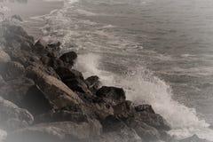 Ozeanbrandung auf der Küste abgetönt Stockfotografie