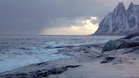 Ozeanbrandung zwischen schneebedeckten Bergen Langsame Bewegung stock video footage