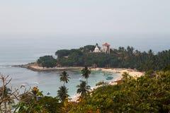 Ozeanbucht mit Tempel Stockbild