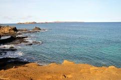 Ozeanfelsen durch die Küstenlinie Stockbilder