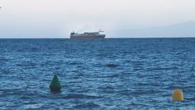 Ozeanfrachtfähre mit Seebehältern liefert Handelsfracht auf Wasser stock footage