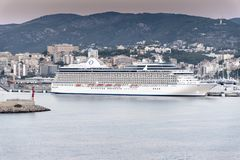 Ozeanien kreuzt Kreuzschiff-Jachthafen in Palma bei Sonnenaufgang Stockbild
