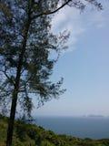Ozeanische Klippe unter hellem Himmel Stockbilder