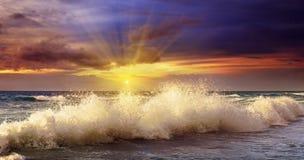 Ozeanküste und -sonnenuntergang Lizenzfreies Stockbild