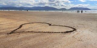 Ozeanküstenlinie mit Herzen auf dem Strand Lizenzfreie Stockfotografie