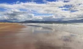 Ozeanküstenlinie am sonnigen Tag Lizenzfreie Stockfotos