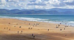 Ozeanküstenlinie am sonnigen Tag mit Leuten Stockfoto