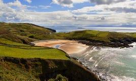 Ozeanklippen und -strand am sonnigen Tag Lizenzfreies Stockfoto