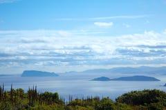 Ozeanlandschaft mit kleinen Inseln Stockfoto