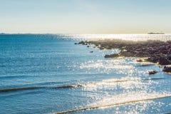 Ozeanlandschaftsseeansicht mit Felsen Stockbilder