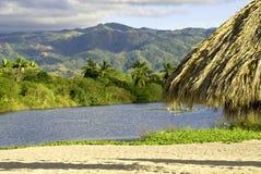 Ozeanmündung mit Sierra Madre Berge stockfotos