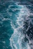 Ozeanoberfläche, Meerwasser im blauen Ozean, Hintergrund Stockfoto