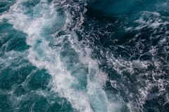 Ozeanoberfläche, Meerwasser im blauen Ozean, Hintergrund Stockfotografie