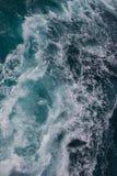 Ozeanoberfläche, Meerwasser im blauen Ozean, Hintergrund Stockfotos