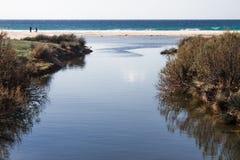 Ozeansand-Wüstenberge des blauen Himmels der Sommersonne Stockfoto
